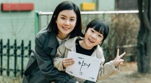 """'마더' 오늘 종영, 이보영 """"따뜻하고 행복한 시간""""…허율과 마지막 대본 인증"""