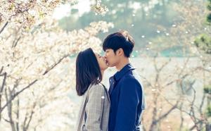 '위대한 유혹자' 우도환·조이, '설렘 가득' 수채화 같은 벚꽃키스 포착